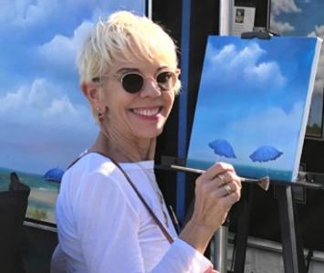 Annie Guthrie Gudis painting a picture at an art show
